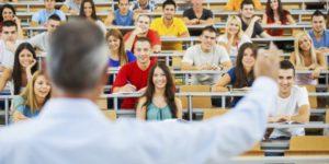 大学で授業を受けている学生